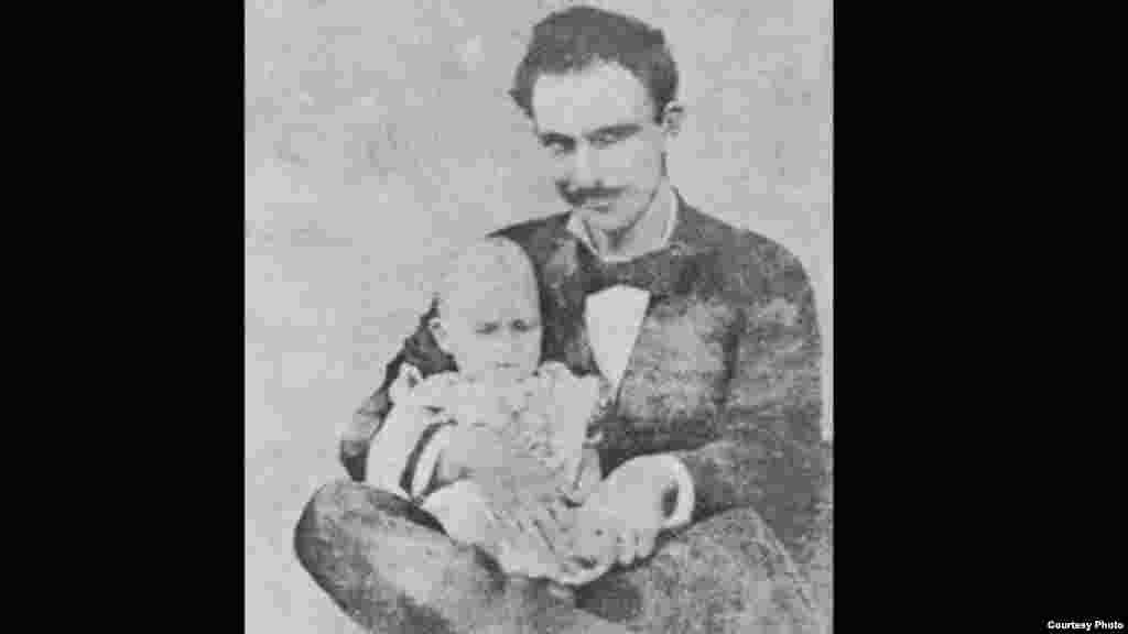 José Martí con su hijo José Francisco en La Habana, 1879.