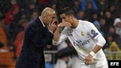 El técnico francés del Real Madrid, Zinedine Zidane (i) da instrucciones al delantero portugués del equipo blanco, Cristiano Ronaldo.