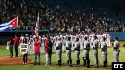 Los equipos de Cuba y Estados Unidos escuchan los himnos de ambos países, en el estadio Latinoamericano en La Habana.