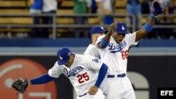 Yasiel Puig (d), Skip Schumaker (c) y Carl Crawford (i) en el juego de Los Angeles Dodgers.