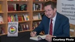 El politólogo y abogado Carlos Sánchez Berzaín presentando su nuevo libro en Miami (Wenceslao Cruz).