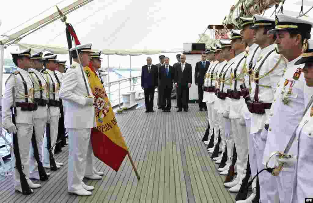 """El ministro de Asuntos Exteriores en funciones de España, José Manuel García-Margallo (c), realiza el juramento de bandera, en el buque escuela de la Armada española """"Juan Sebastián Elcano""""."""
