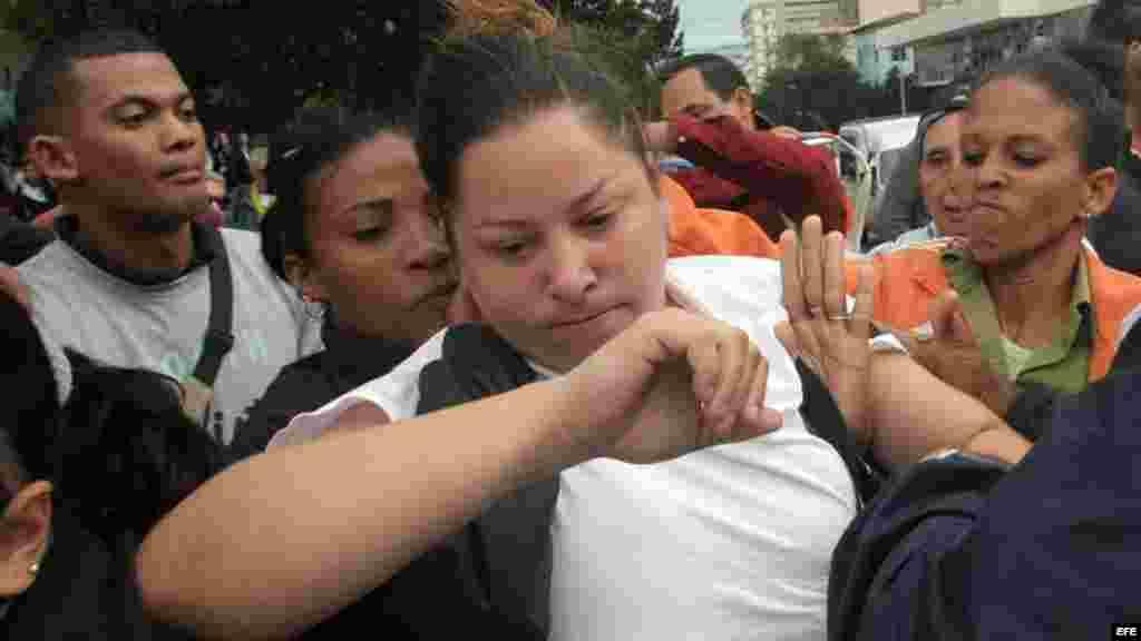 Una Dama de Blanco es arrestada durante una manifestación en una céntrica calle de La Habana.
