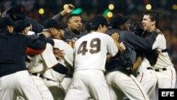 Los Gigantes celebran su victoria ante Cardenales durante el séptimo partido por el Campeonato de la Liga Nacional de Béisbol.