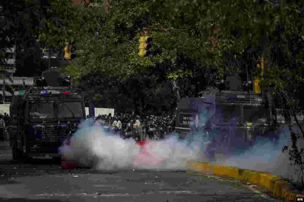 """Las llamadas """"ballenas"""" dispararon fuertes chorros de agua contra los manifestantes."""
