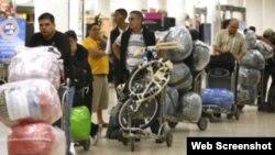 Cubanos residentes en EE.UU llevan a sus familiares la isla todo tipo de utensilios .