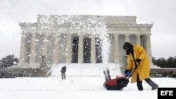 Un operario del Servicio de Parques Nacionales trabaja en las labores de limpieza de la nieve que cubre la zona del Memorial de Lincoln, en Washington DC (Estados Unidos).