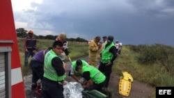 Rescatistas atienden a pasajeros del avión de Aeroméxico que se estrelló en Durango.