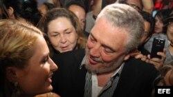 La celebridad estadounidense Paris Hilton (i), heredera del imperio hotelero de su apellido, habla con Fidel Castro Díaz-Balart (c), hijo del líder cubano Fidel Castro,
