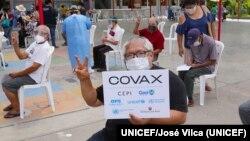 Personas esperando recibir vacuna contra el COVID-19 en Perú