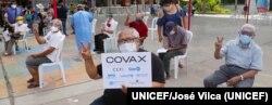 Personas de edad avanzada esperando recibir la vacuna contra la COVID-19 en un centro de vacunación en Lima, Perú. Foto: UNICEF/Jose Vilca.