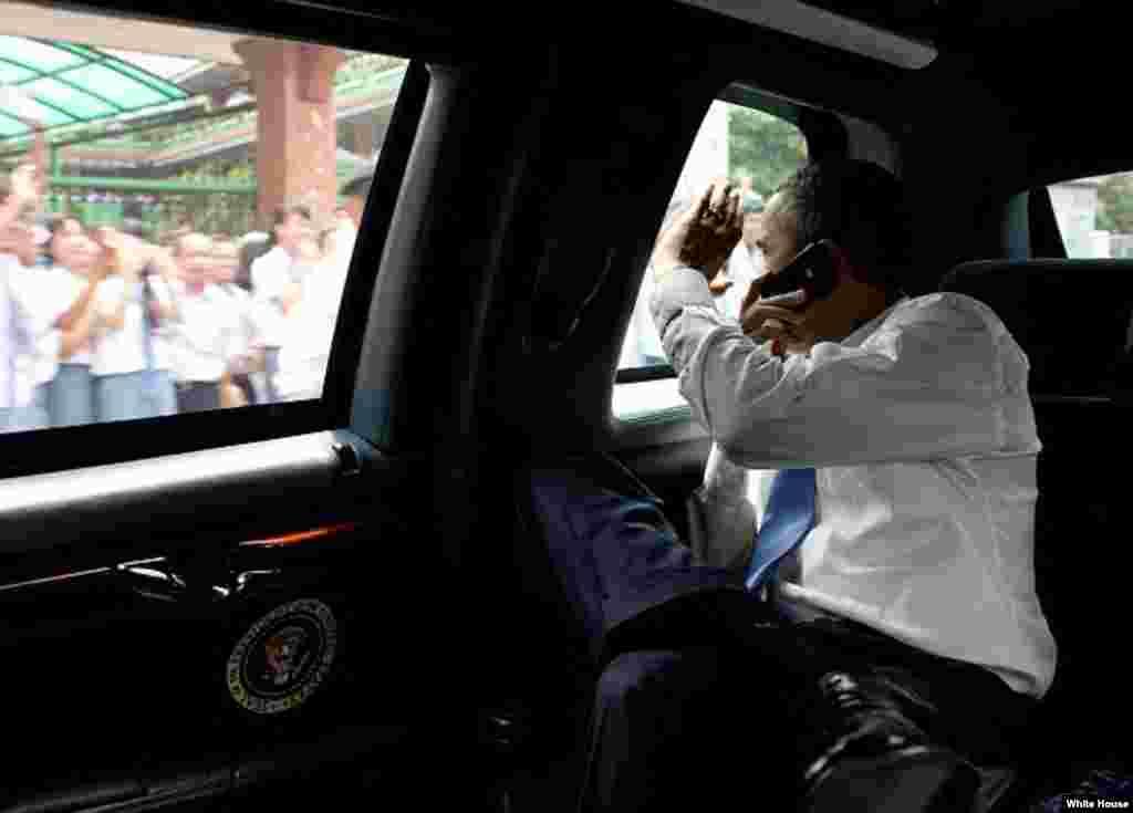Obama saluda a los indoneses que le dan la bienvenida.