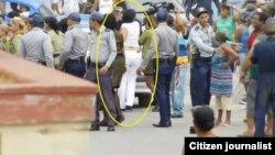 Imágenes de la violencia contra Damas de Blanco este 29 de marzo, en Lawton, La Habana.