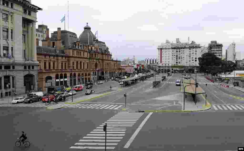 Vista general de las estaciones de autobuses y de tren en el barrio Constitución de Buenos Aires (Argentina).