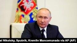 El presidente ruso Vladimir Putin participa en el censo de población en línea en la residencia Novo-Ogaryovo en las afueras de Moscú, Rusia, el viernes 15 de octubre de 2021. Foto: Alexei Nikolsky, Sputnik, Kremlin Mancomunada vía AP.