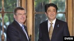 El primer ministro japojés, Shinzo Abe (d), da la bienvenida al presidente del Comité Olímpico Internacional (COI), Thomas Bach.