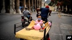En medio de la reapertura la capital cubana enfrenta varios brotes de coronavirus. (AP/ Ramón Espinosa)