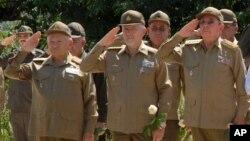 Raúl Castro acompañado por altos mandos militares. Foto Archivo AP
