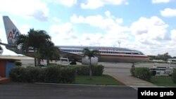 """Un Boeing 737 de American espera en la Terminal 2 del aeropuerto """"José Martí"""""""