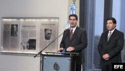 El jefe de Gabinete del Gobierno argentino, Jorge Capitanich, junto a Ricardo Echegaray (d), titular de la Administración Federal de Ingresos Públicos, AFIP.