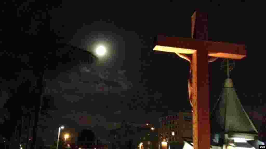 Con la luna todavía iluminando la bahía de Biscayne ya está todo listo para el comienzo de la misa