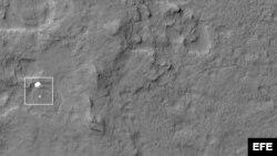 Fotografía facilitada por la NASA que muestra el descenso del vehículo explorador Curiosity en el planeta Marte el 6 de agosto de 2012.