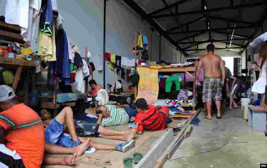Fotografía del 31 de julio de 2016 de ciudadanos cubanos en tránsito en la población de Turbo (Colombia). Hacinados en improvisados albergues en la localidad colombiana de Turbo unos 2.000 cubanos, hombres mujeres y niños, pasan los días esperando notici