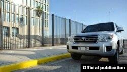 Autos de diplomáticos estadounidenses frente a la embajada en La Habana.