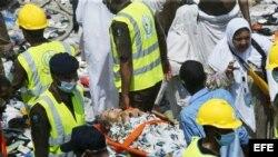 Peregrinos reciben atención médica tras una avalancha humana en La Meca que dejó más de 700 muertos.