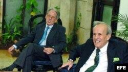 """ARCHIVO. Ricardo Alarcón de Quesada (d) y su jefe de despacho Miguel Alvarez, acusado de cometer """"delitos contra el Estado"""" y desde 2012 purga 25 años de cárcel."""