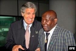 Foto de archivo. Dos de los más legendarios boxeadores de todos los tiempos, Emile Griffith (d) y el italiano Nino Benvenutti (i), conversan en el aeropuerto Fiumicino de Roma (Italia), el 24 de abril de 2010.