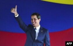 El presidente Interino de Venezuela, Juan Guaidó, saluda al terminar en la Asamblea Nacional la votación que convirtió a Venezuela en miembro acivo del TIAR (Foto: Archivo)..