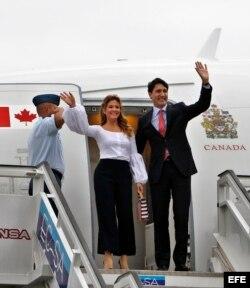Trudeau y su esposa Sophie Grégoire saludan a su llegada a La Habana.