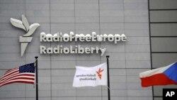 La sede de Radio Free Europe / Radio Liberty, con las banderas de los Estados Unidos, la RFE/RL y la República Checa en primer plano, en Praga, el 15 de enero de 2010.