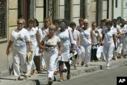 Una de las primeras marchas de las Damas de Blanco. AP Photo/Jorge Rey