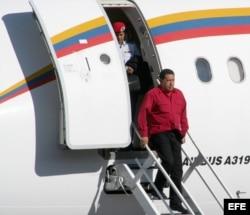 ARCHIVO. El presidente de Venezuela, Hugo Chávez, desciende de su avión.