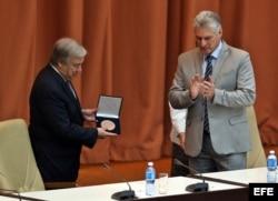Guterres recibe la medalla por el 70 aniversario de la Cepal, junto al gobernante cubano, Miguel Díaz-Canel.