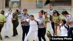 Damas de Blanco durante los arrestos cada domingo /Foto Angel Moya Acosta