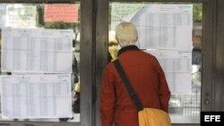 Comenzaron las elecciones en Argentina. Un votante consulta las listas del censo antes de jercer su derecho al sufragio.