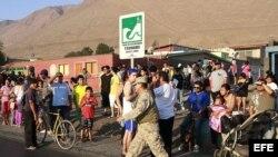 Docenas de personas participan en una evacuación por alerta de tsunami en la ciudad de Iquique.