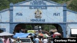 En el paso de El Amatillo, entre Honduras y El Salvador, detienen a menudo a cubanos sin documentos.