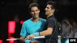El tenista español Rafael Nadal (i) y el serbio Novak Djokovic.