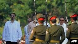 El general Raúl Castro y su hijo Alejandro el 7 de diciembre de 2008.