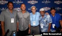 Dave Winfield, Derek Jeter, Joe Torre, Luis Tiant y José Cardenal (i-d), integrantes de la delegación de MLB que viajó a La Habana para ver el juego Rays vs. Cuba.