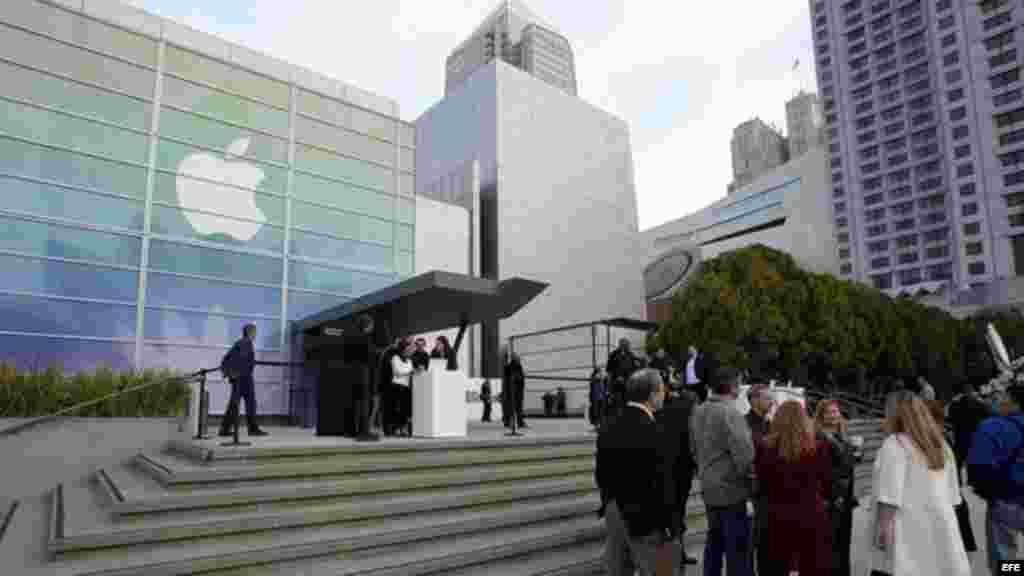 Vista del exterior del centro de arte Yerba Buena de San Francisco, Estados Unidos donde el gigante tecnológico Apple presenta su reloj de pulsera inteligente Apple Watch.