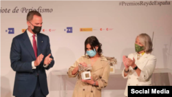 Náyare Menoyo junto al Rey Felipe VI en la ceremonia de entrega de los Premios de Periodismo.