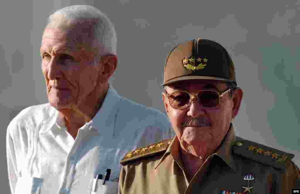 Raúl Castro (d) y José Ramón Fernández.