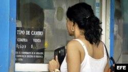 Una mujer acude a una Casa de Cambios (CADECA) para cambiar dólares por pesos cubanos. Archivo.