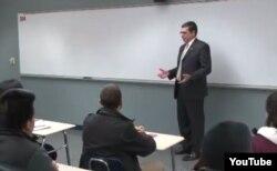 El jefe de la Sección de Intereses de Cuba, José R. Canbañas durante un conversatorio en Chicago.