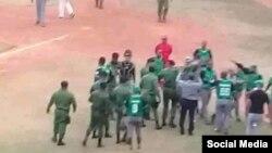 La Brigada Especial del Ministerio del Interior (MININT) interviene al caldearse los ánimos tras la suspensión del juego el miércoles en el estadio de Santiago de Cuba, en una foto tomada de redes sociaeles.